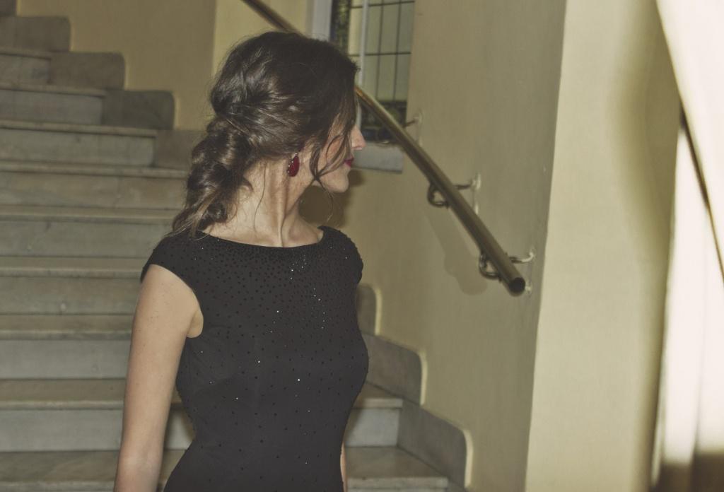 Vestido negro Pronovias mirada lateral derecha