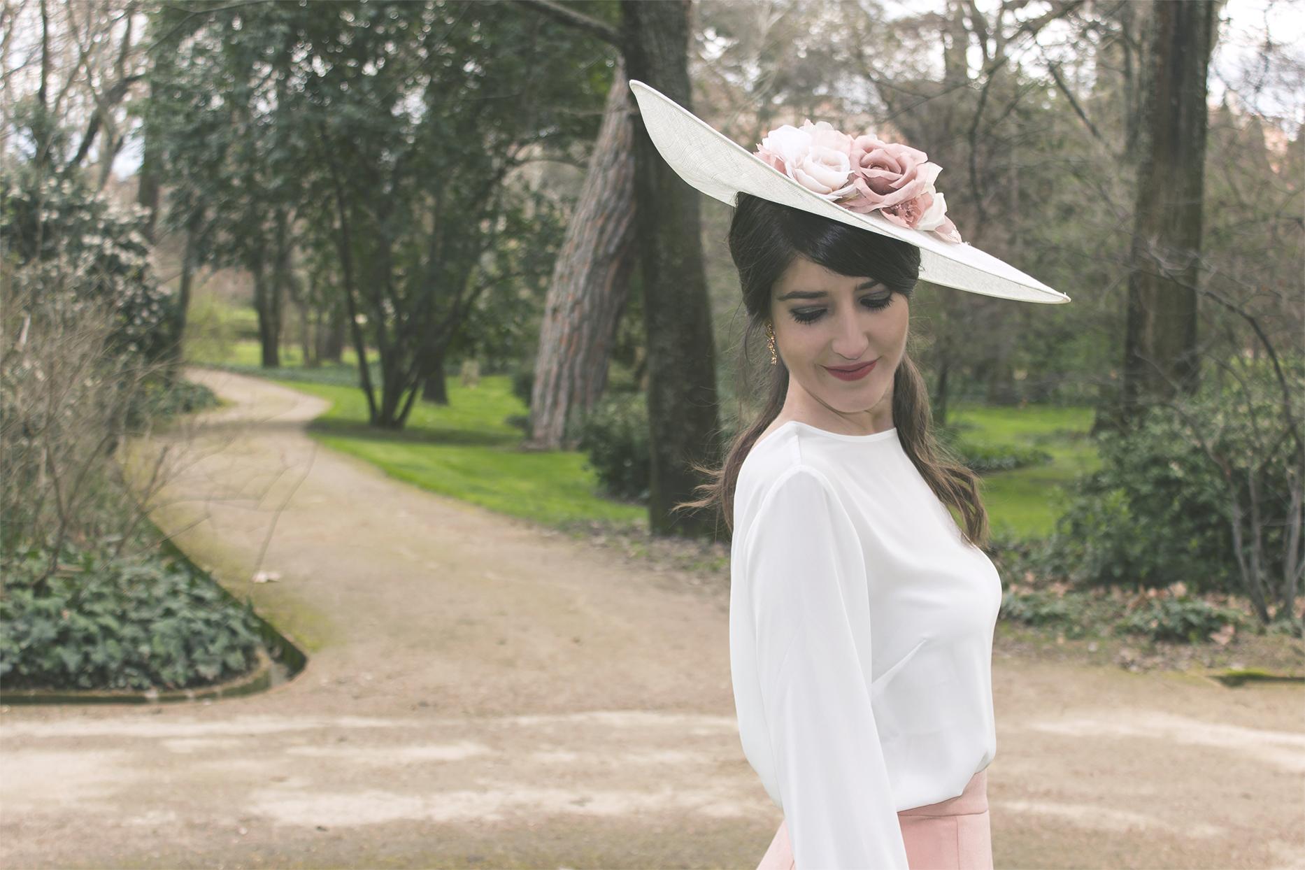 Invitada con falda Lima Madrid complementos de We Wed y Sisters Tocados 1