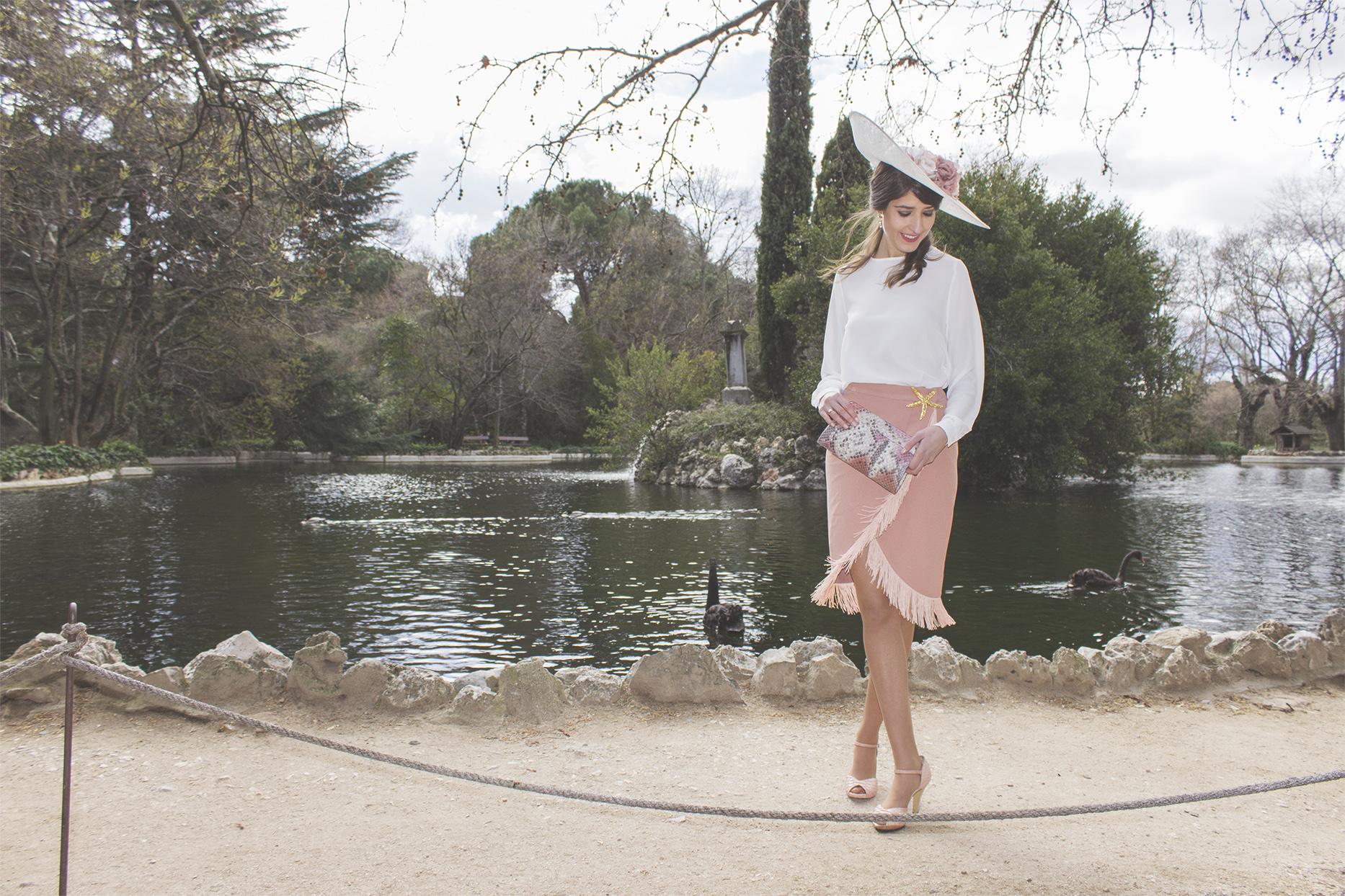 Invitada con falda Lima Madrid y Sisters Tocados y complementos We Wed 7
