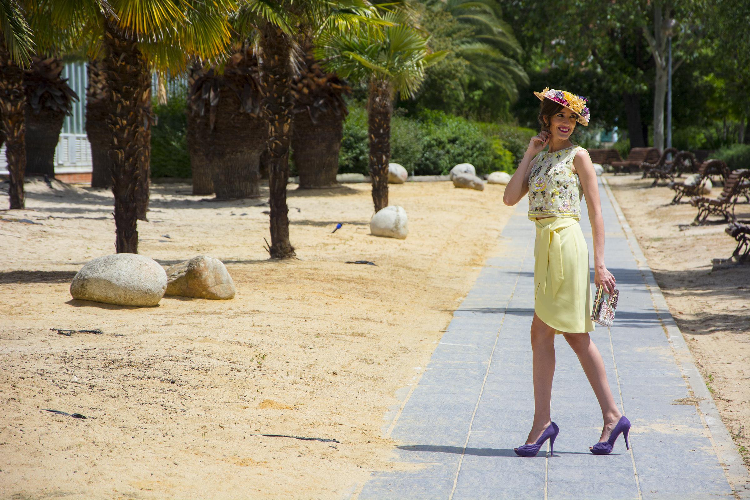 Invitada boda falda, crop top y canotier