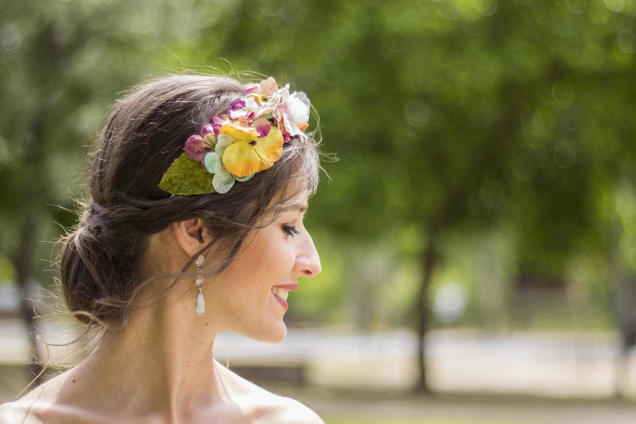 Invitada boda mono con diadema de flores