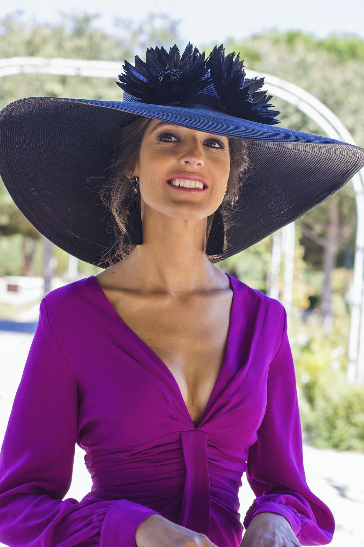 Pamela negra look invitada boda dia mañana vestido buganvilla pamela