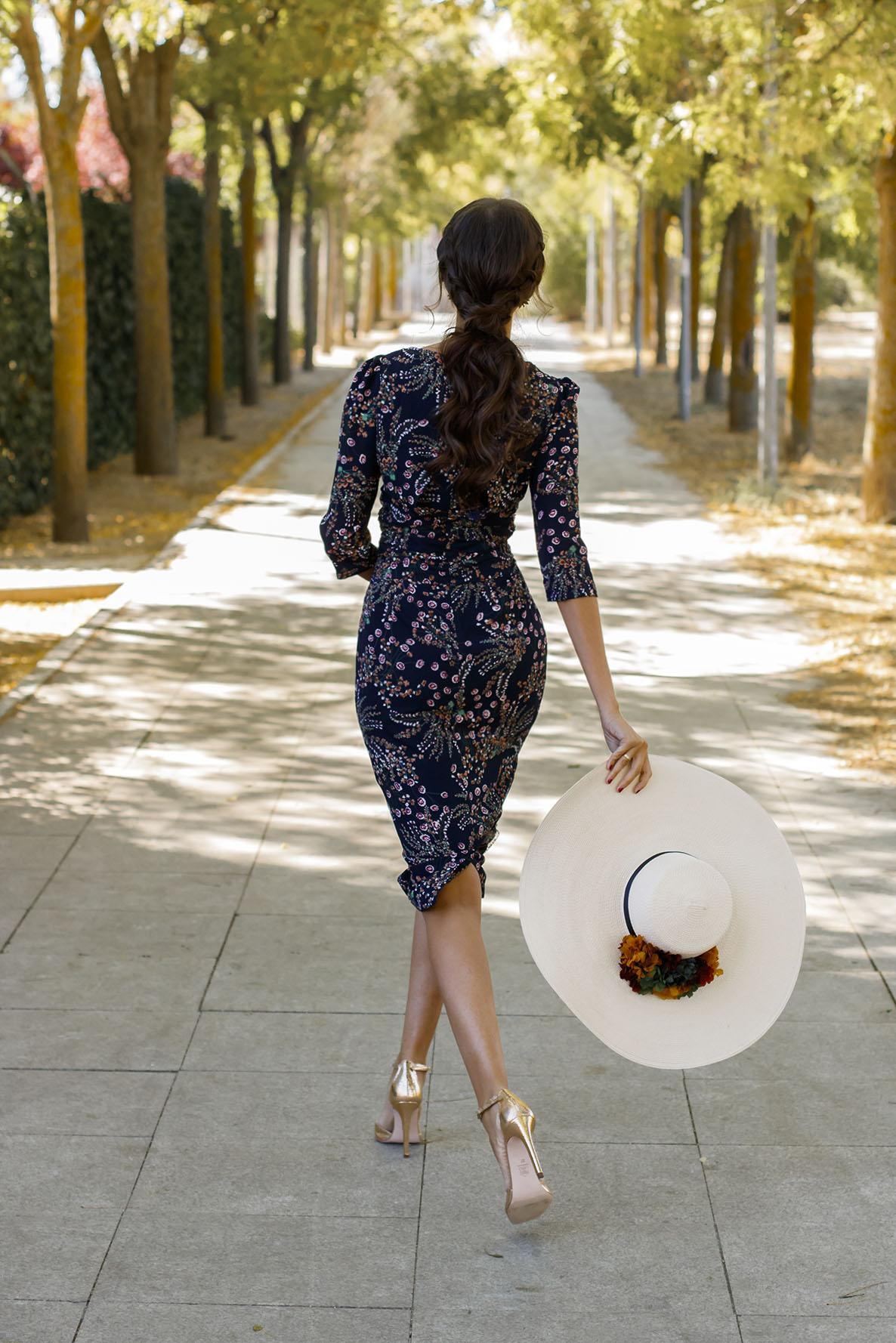 Outfit invitada perfecta boda mañana otoño pamela vestido estampado