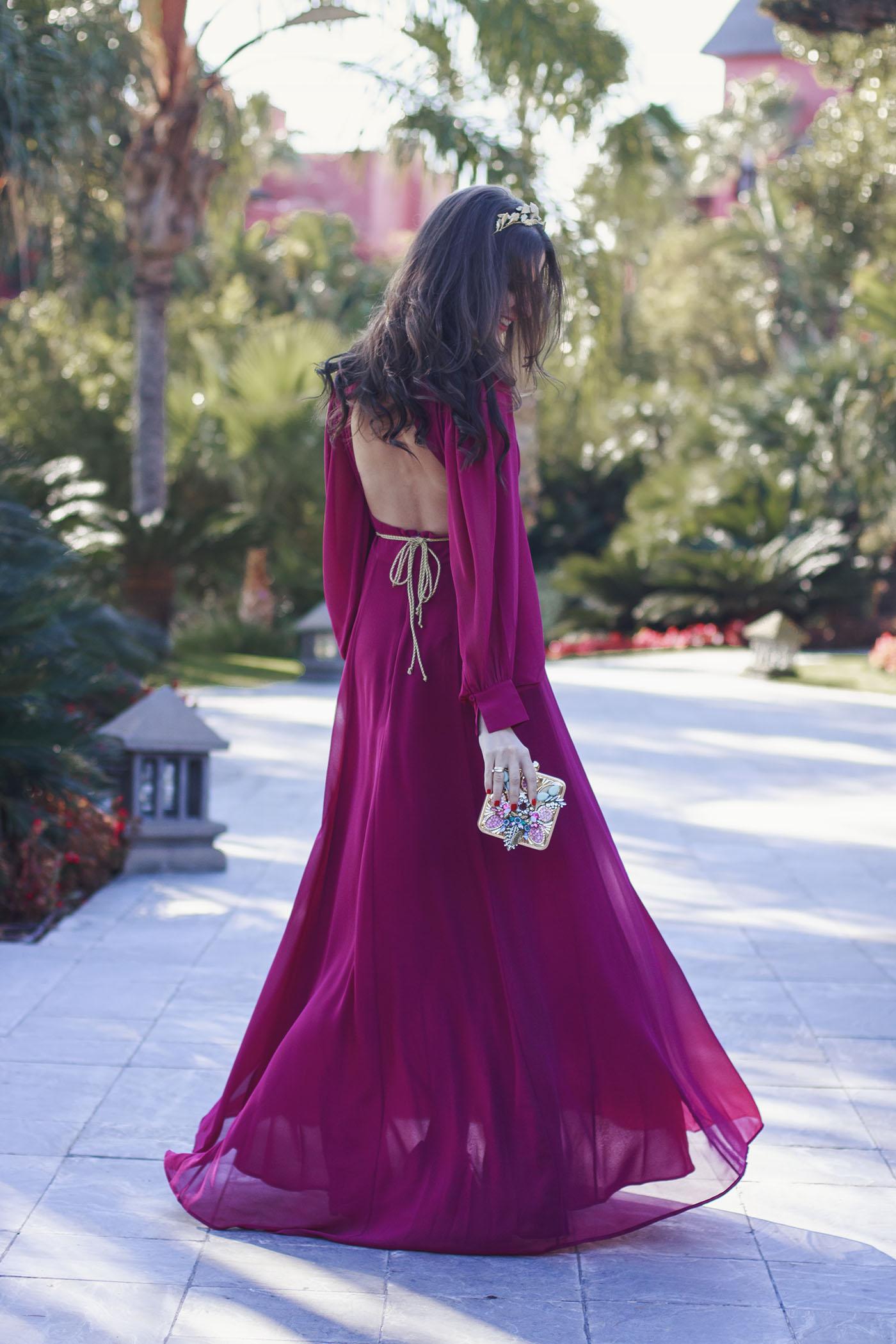 Look invitada noche tarde vestido largo espalda buganvilla cinturon tocado
