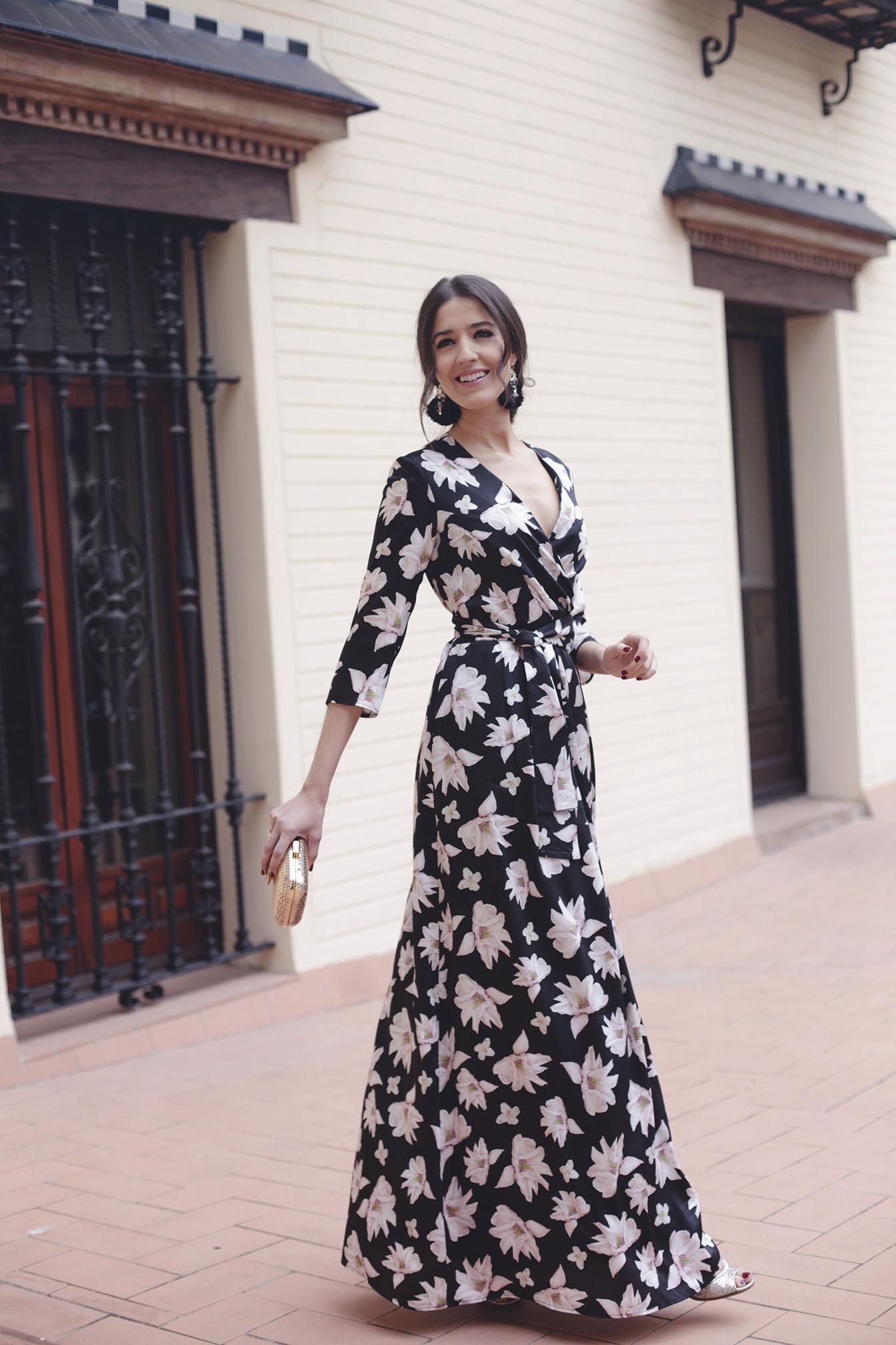 Look invitada boda noche vestido negro estampado camisero