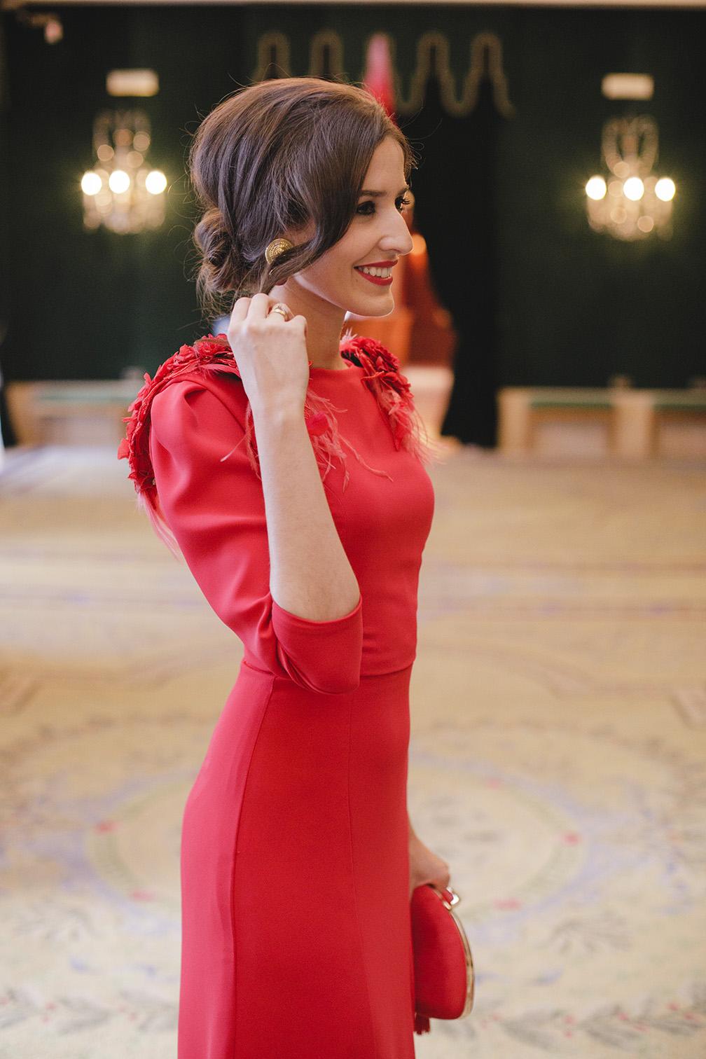 Look invitada boda noche vestido rojo largo espalda
