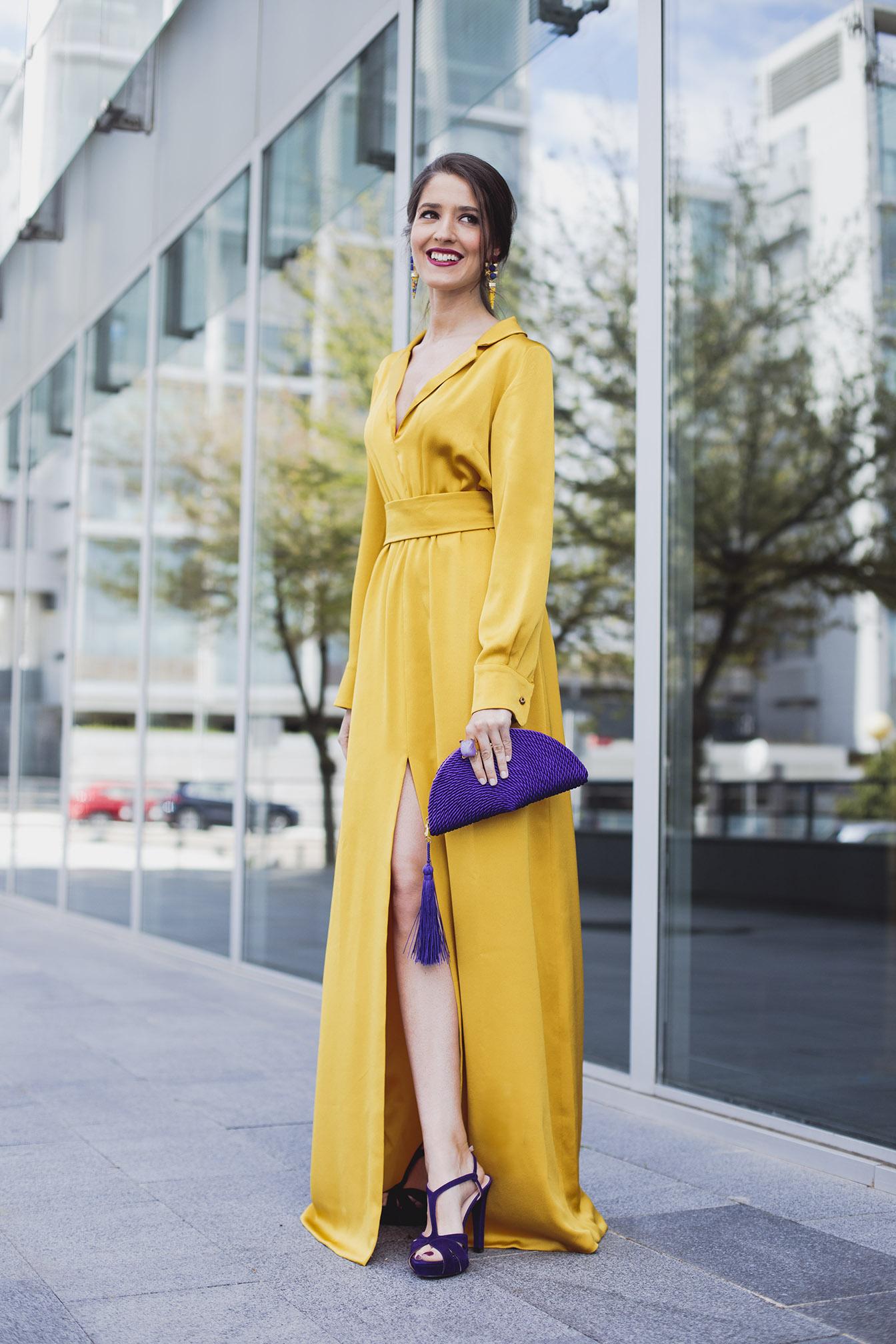 Look invitada boda noche vestido amarillo blusa gemelos complementos morado