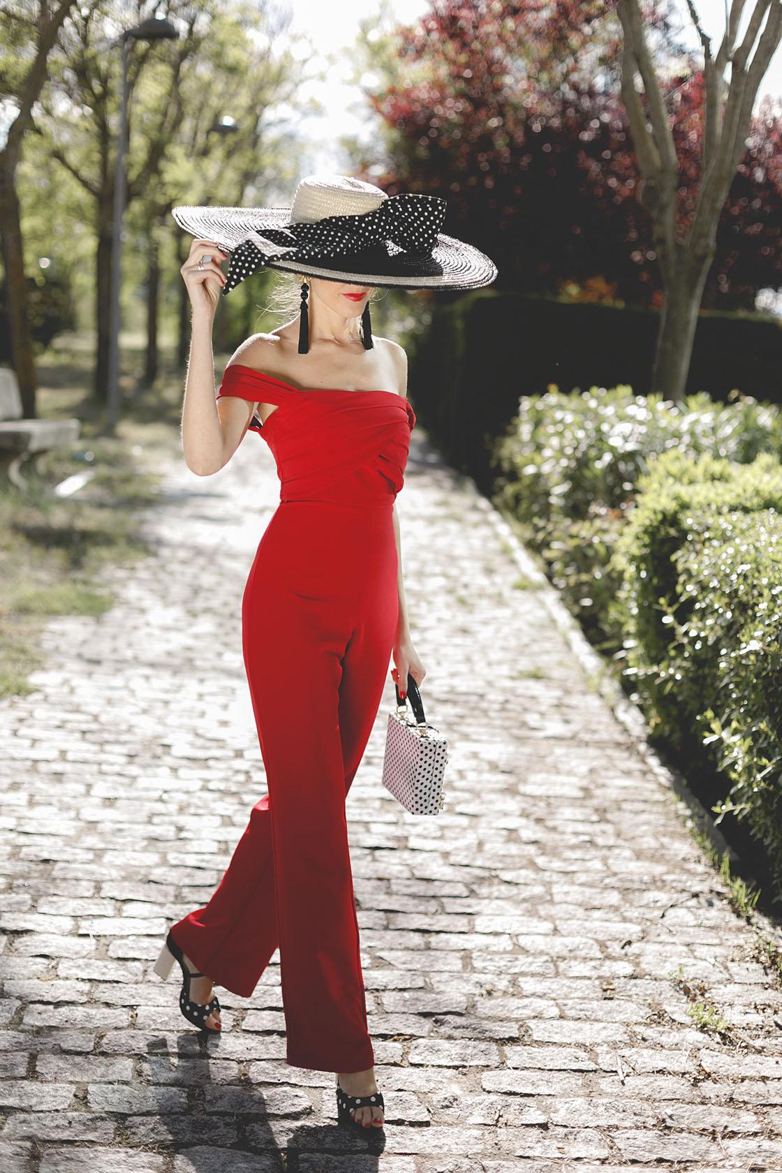Look invitada boda mañana mono rojo bardot pamela lunares