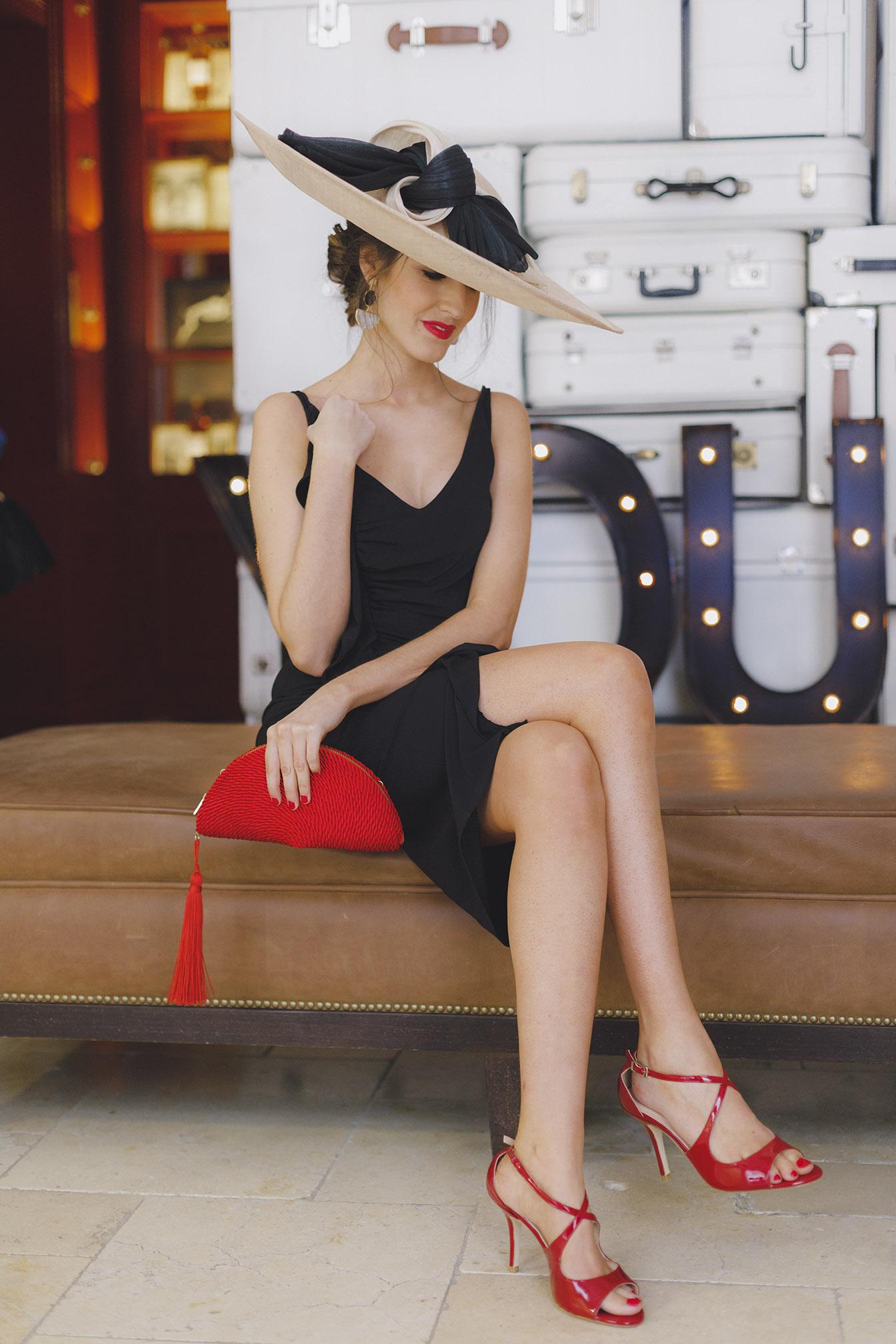 Look invitada boda 2018 vestido negro complementos rojo pamela