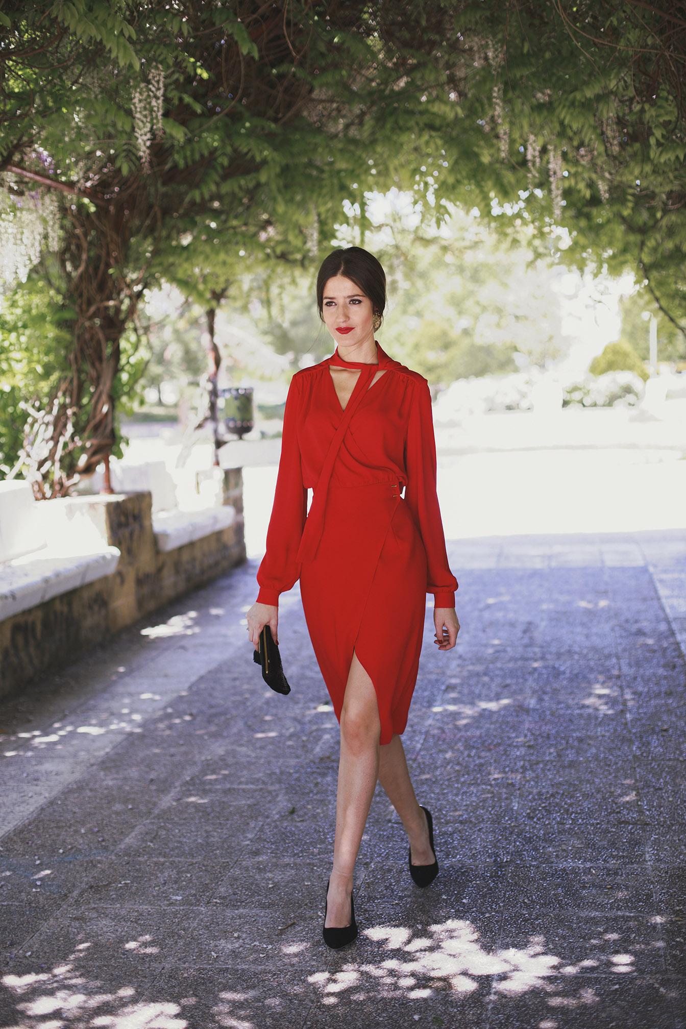 look boda mañana vestido rojo pamela negra