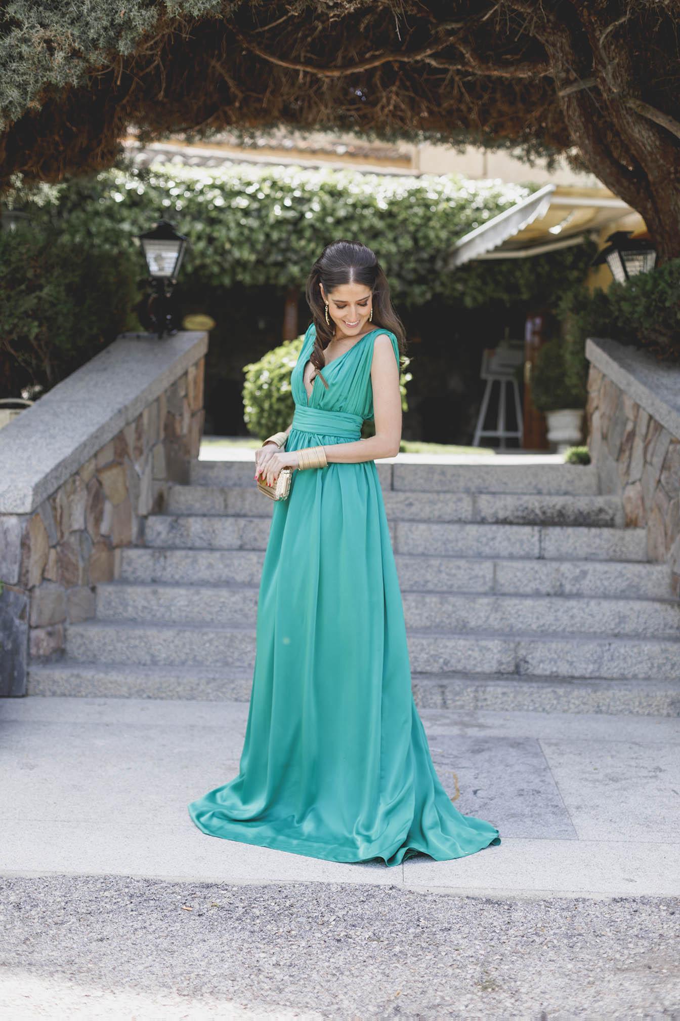 Look invitada boda noche vestido largo verde peinado pelo suelto ondas invitada perfecta 2018