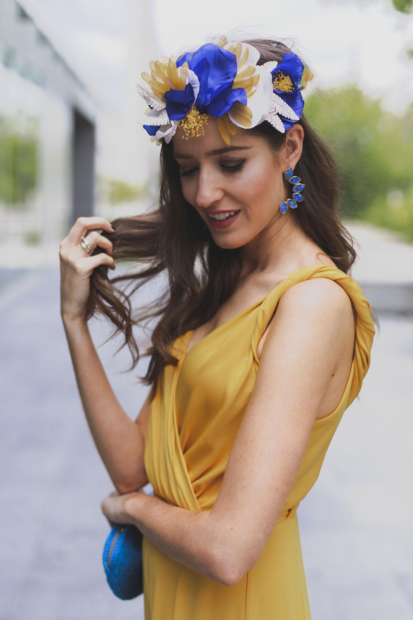 Look invitada lowcost boda bautizo comunion graduacion amarillo azul corona flores