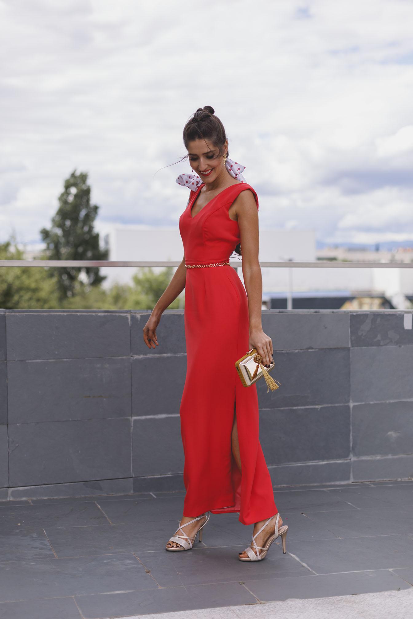 Look invitada noche vestido coral lunares coleta trenza pañuelo