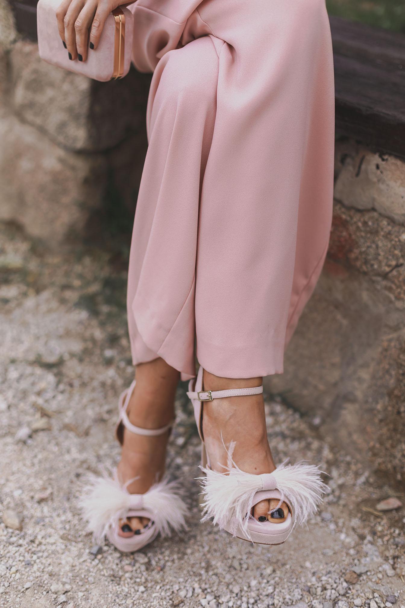 Sandalia plumas invitada boda