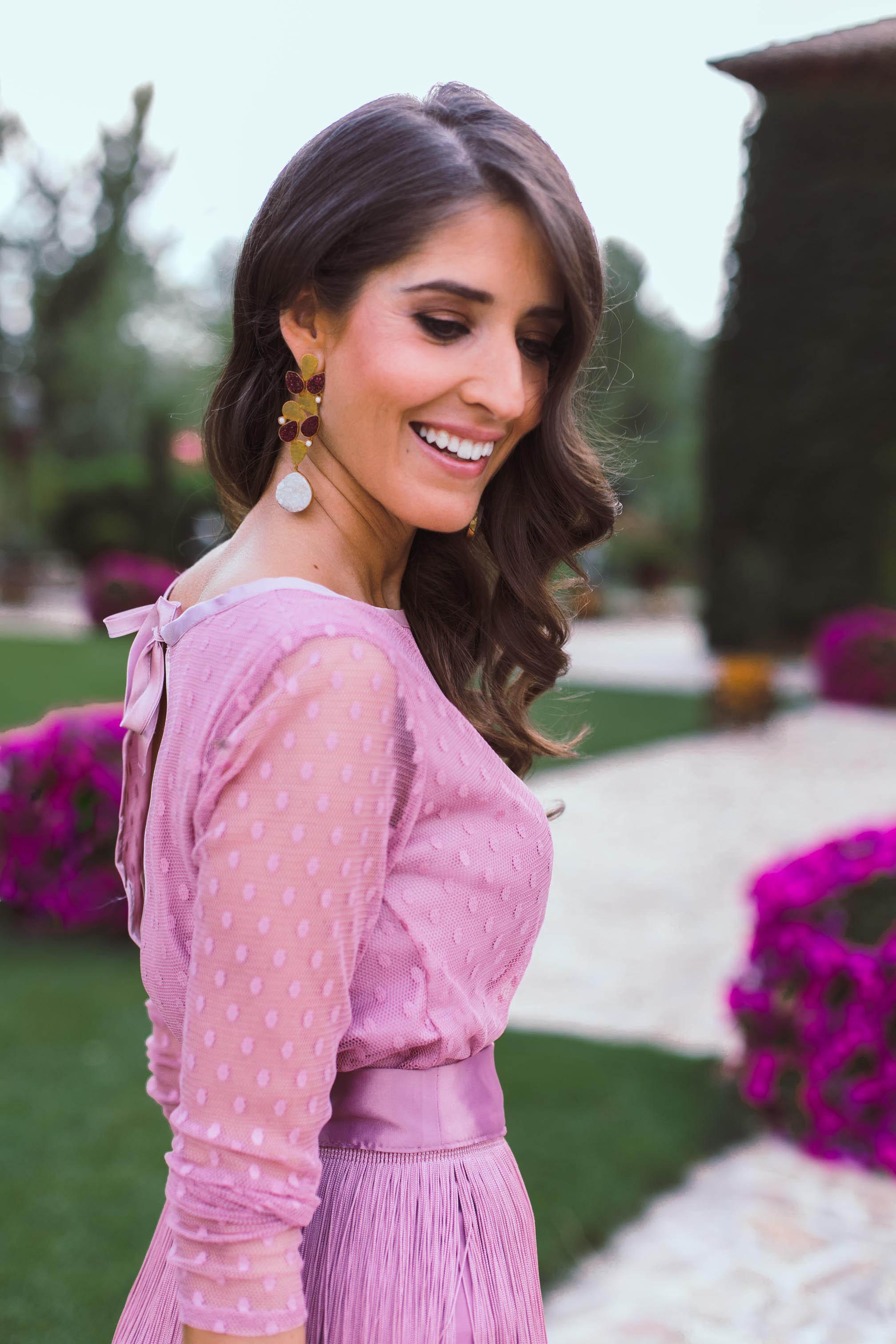 Look invitada boda falda flecos invitada perfecta plumeti rosa
