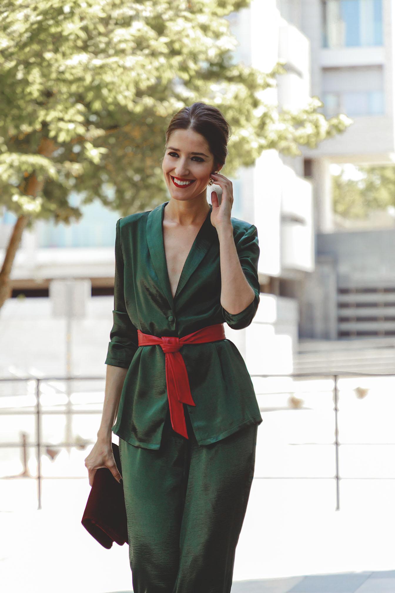 Look invitada otoño invierno traje chaqueta verde rojo satén invitada boda lowcost