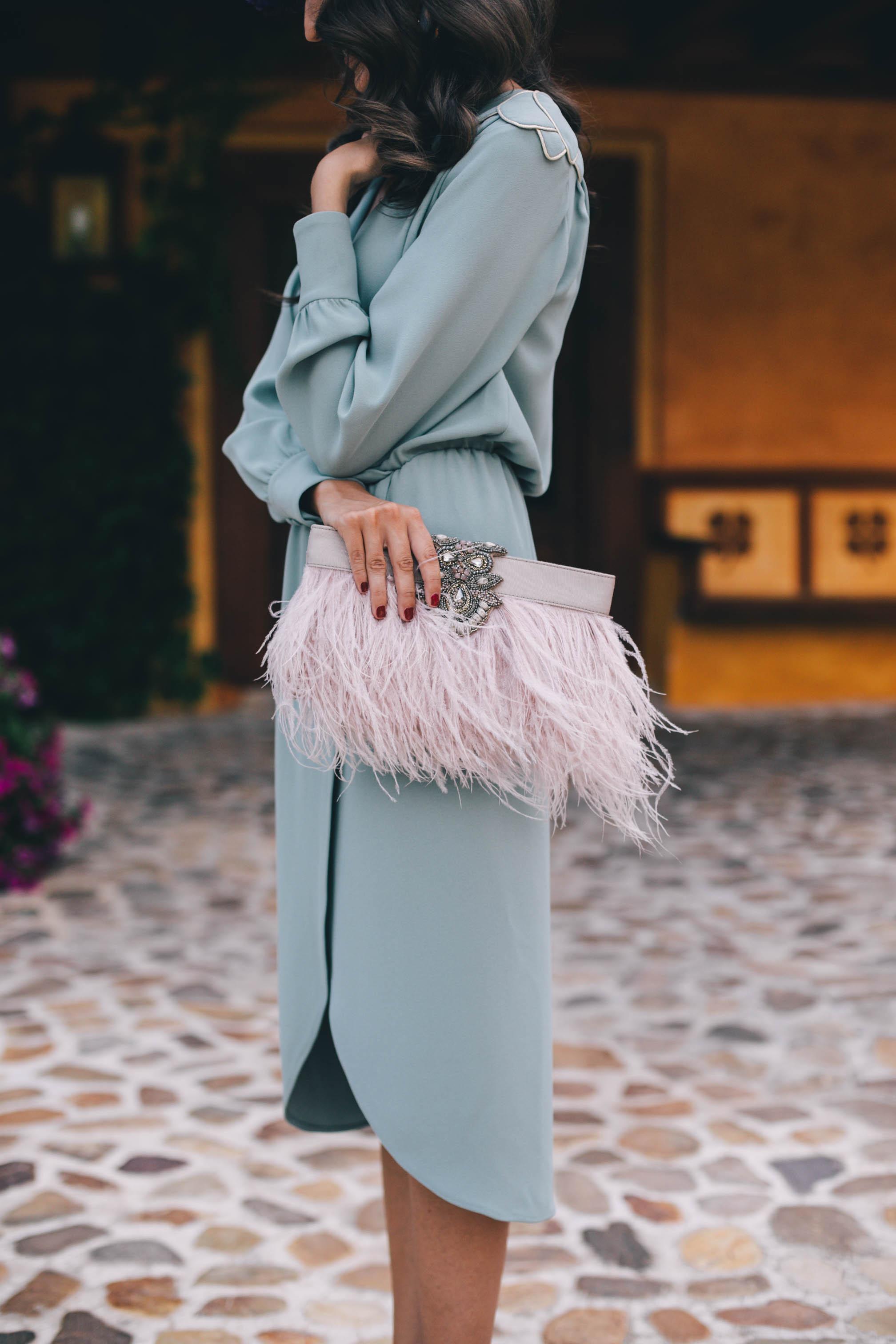 Look invitada perfecta boda mañana verde vestido vintage tocado flores bolso plumas