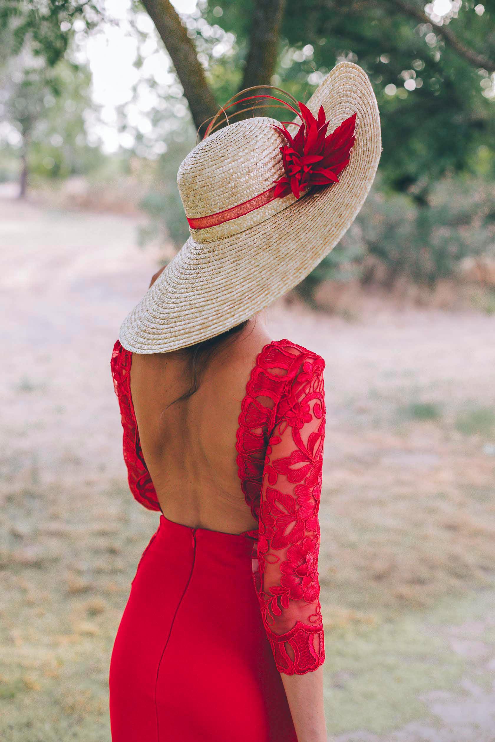Look invitada boda mañana pamela encaje espalda invitada perfecta vestido rojo madrina
