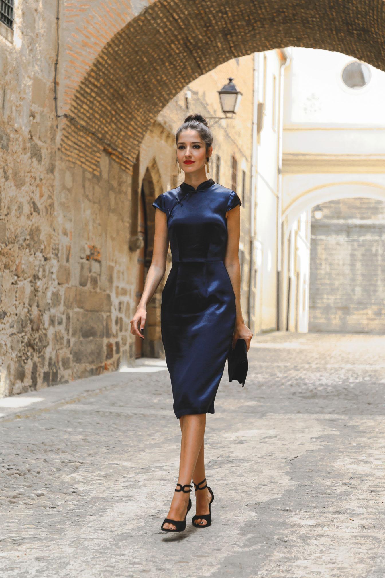 Look invitada lowcost otoño vestido fiesta azul marino cuello chino barato