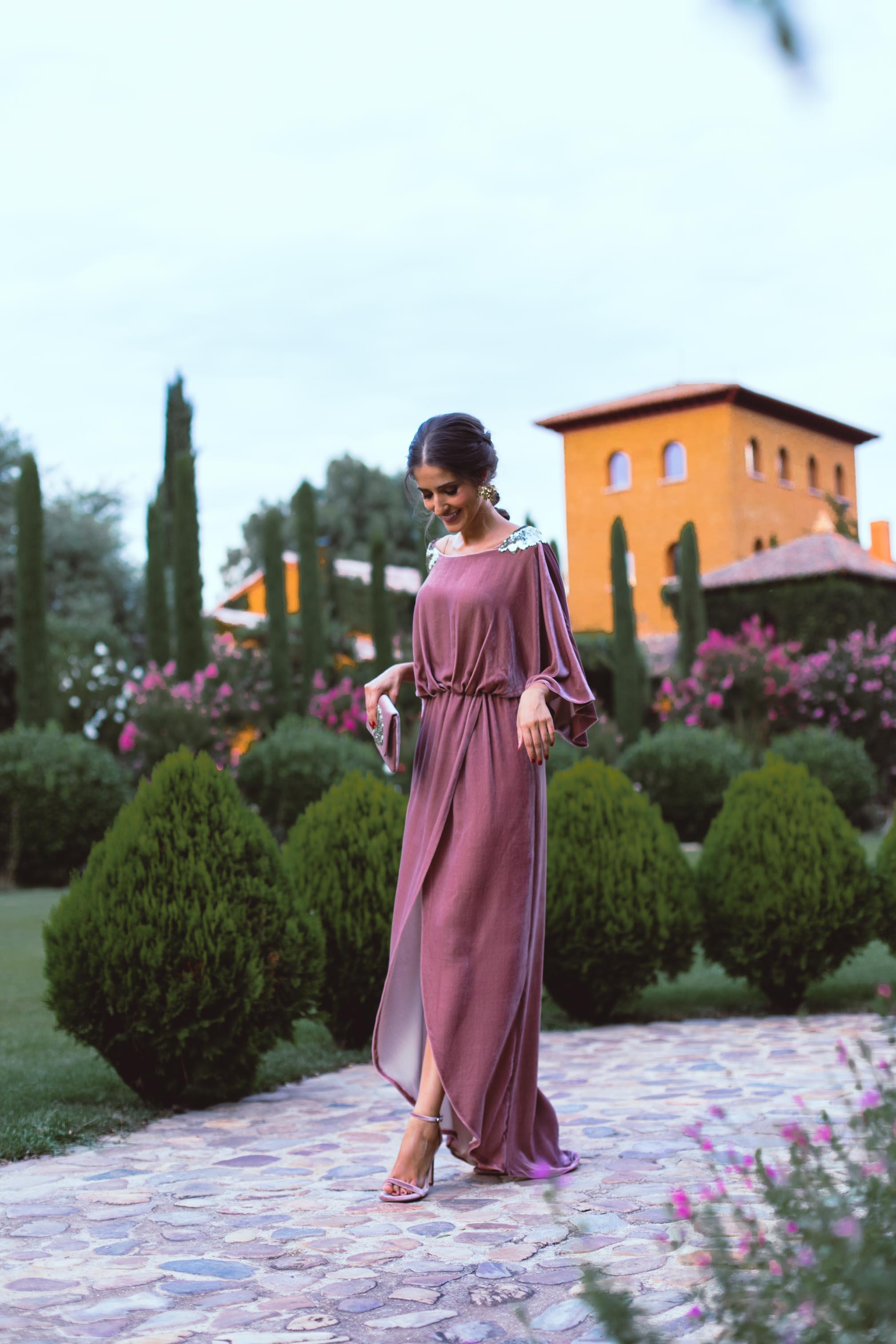 Look invitada boda otoño invierno vestido largo terciopelo boda noche trenza romana