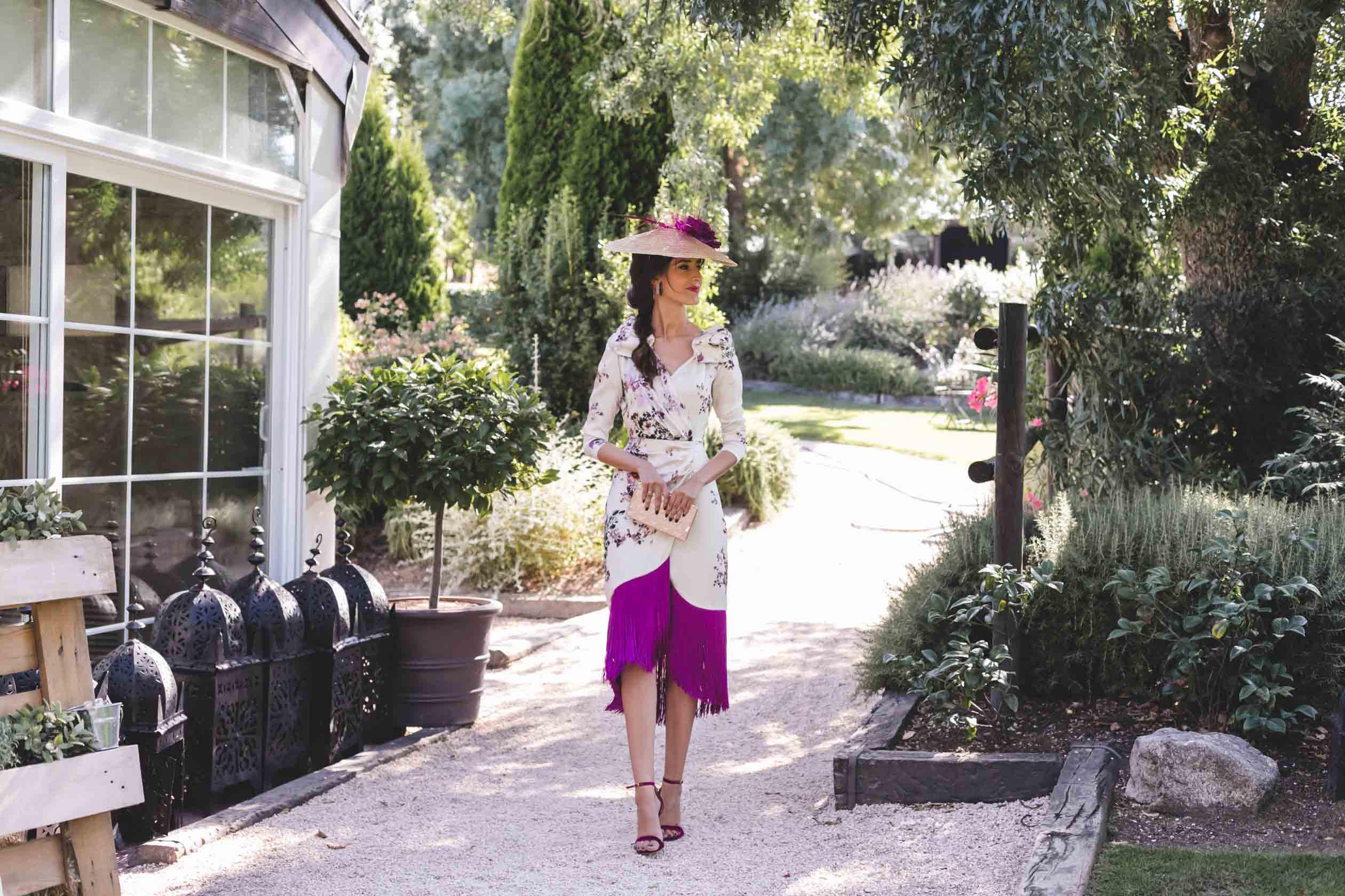 Look invitada boda otoño vestido flecos tocado Blancaspina