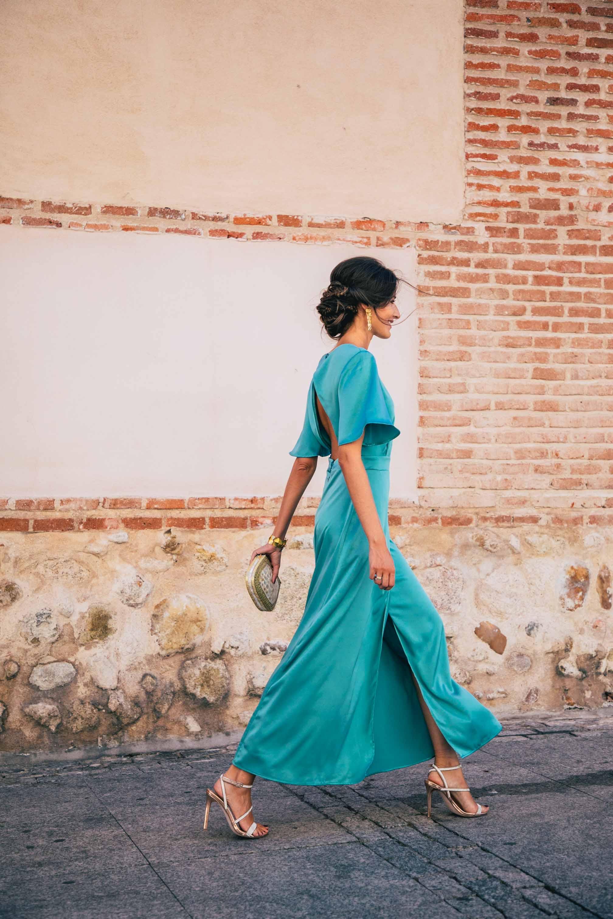 Look invitada otoño vestido largo verde espalda boton
