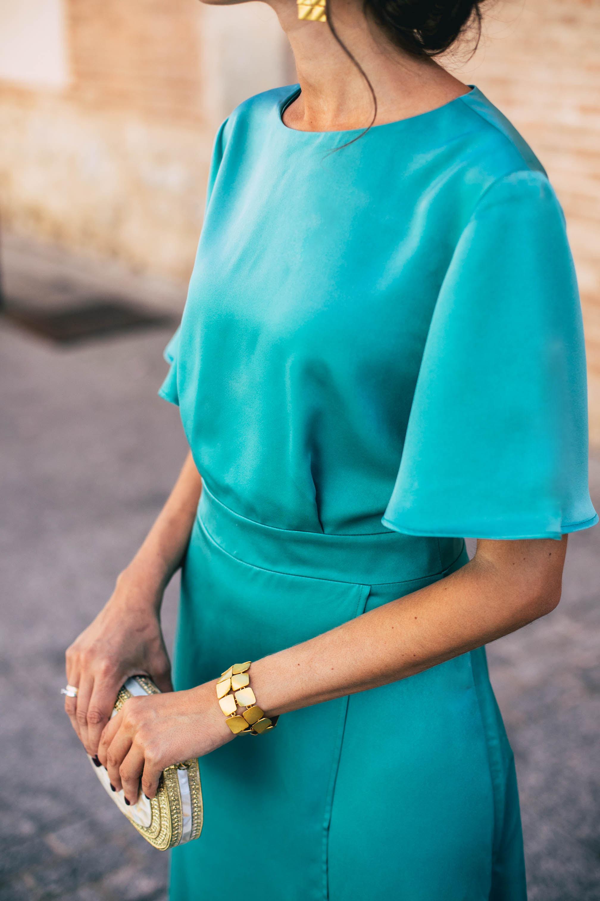 Look invitada otoño vestido largo espalda verde