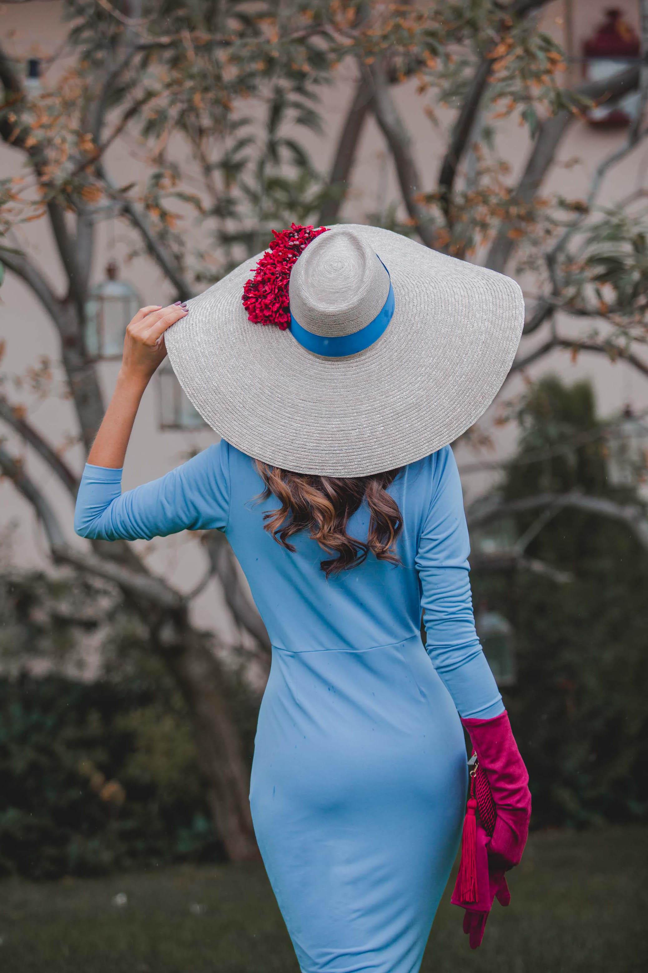 Look invitada otoño azul granate pamela guantes invitada perfecta