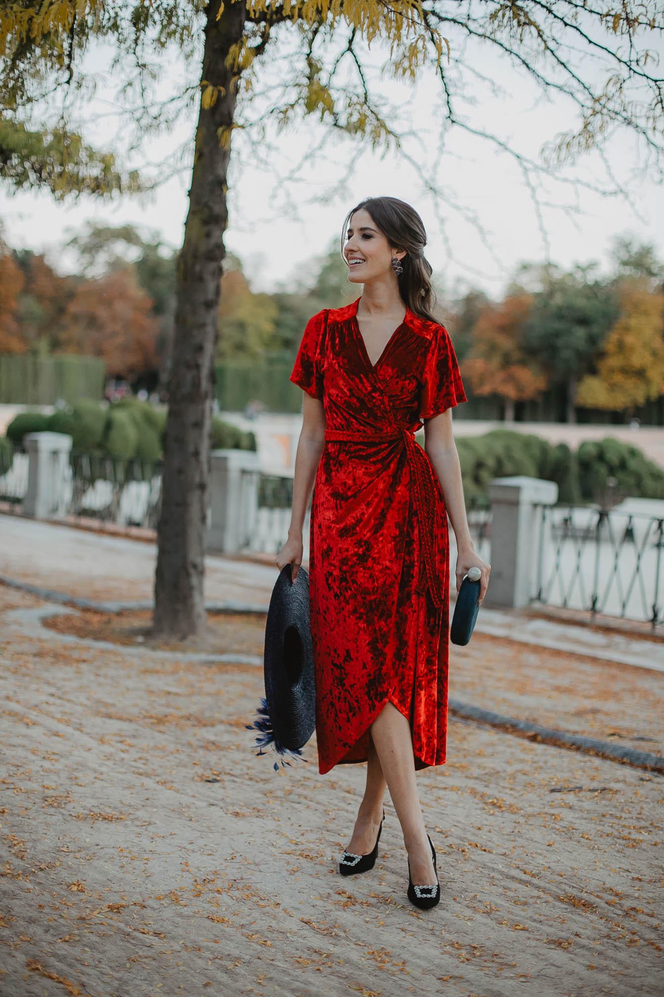 Look invitada boda bautizo comunion invierno terciopelo rojo