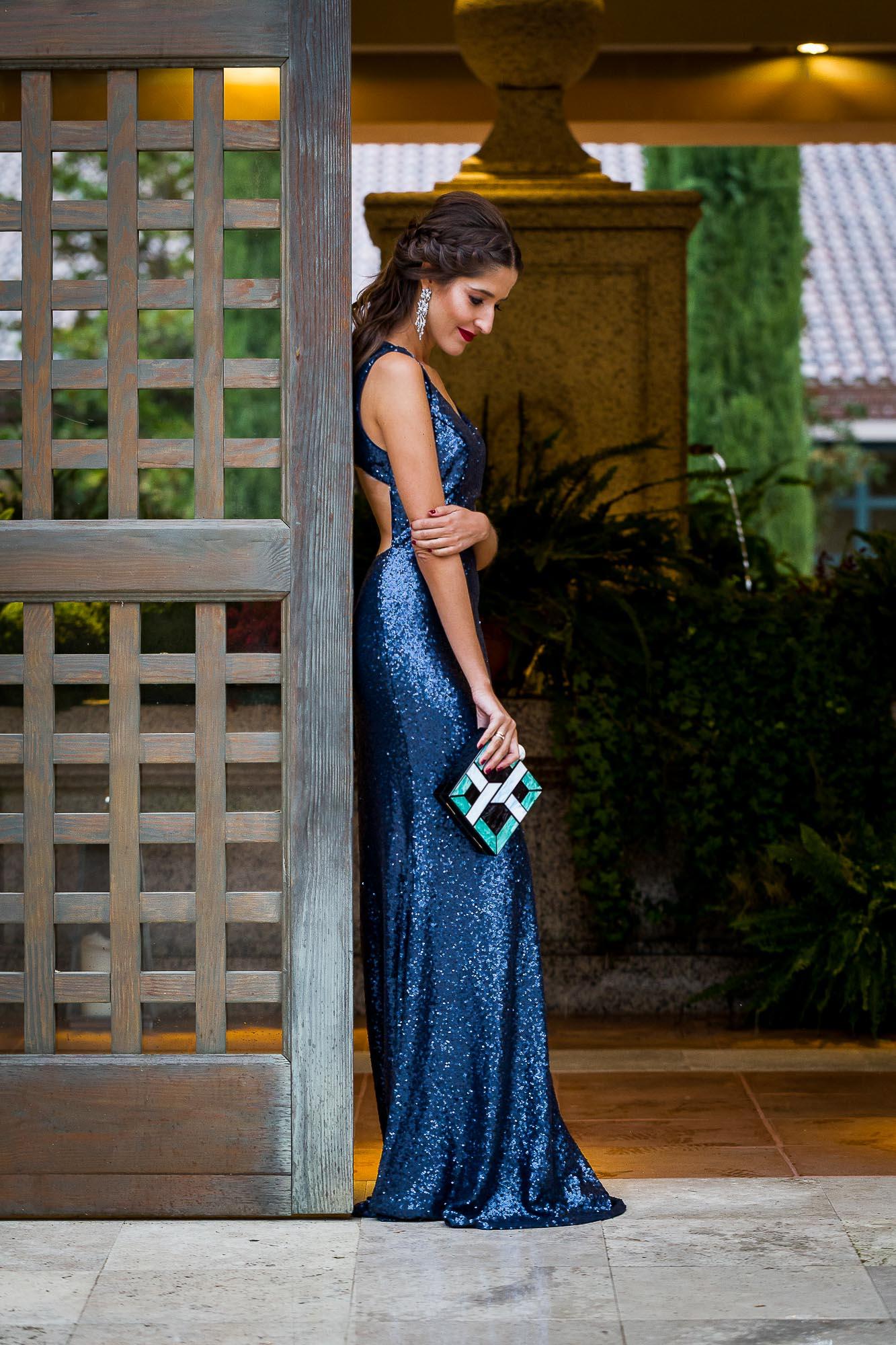 Look invitada boda tarde nochevieja vestido azul lenteuelas espalda
