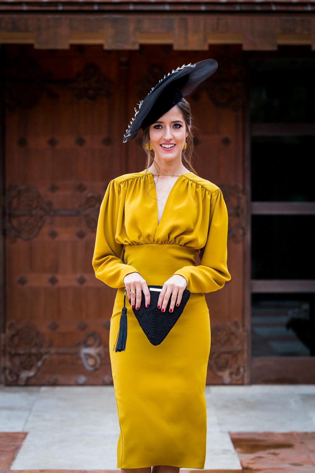 Look invitada otoño invierno boda baurizo comunion vestido mostaza tocado negro