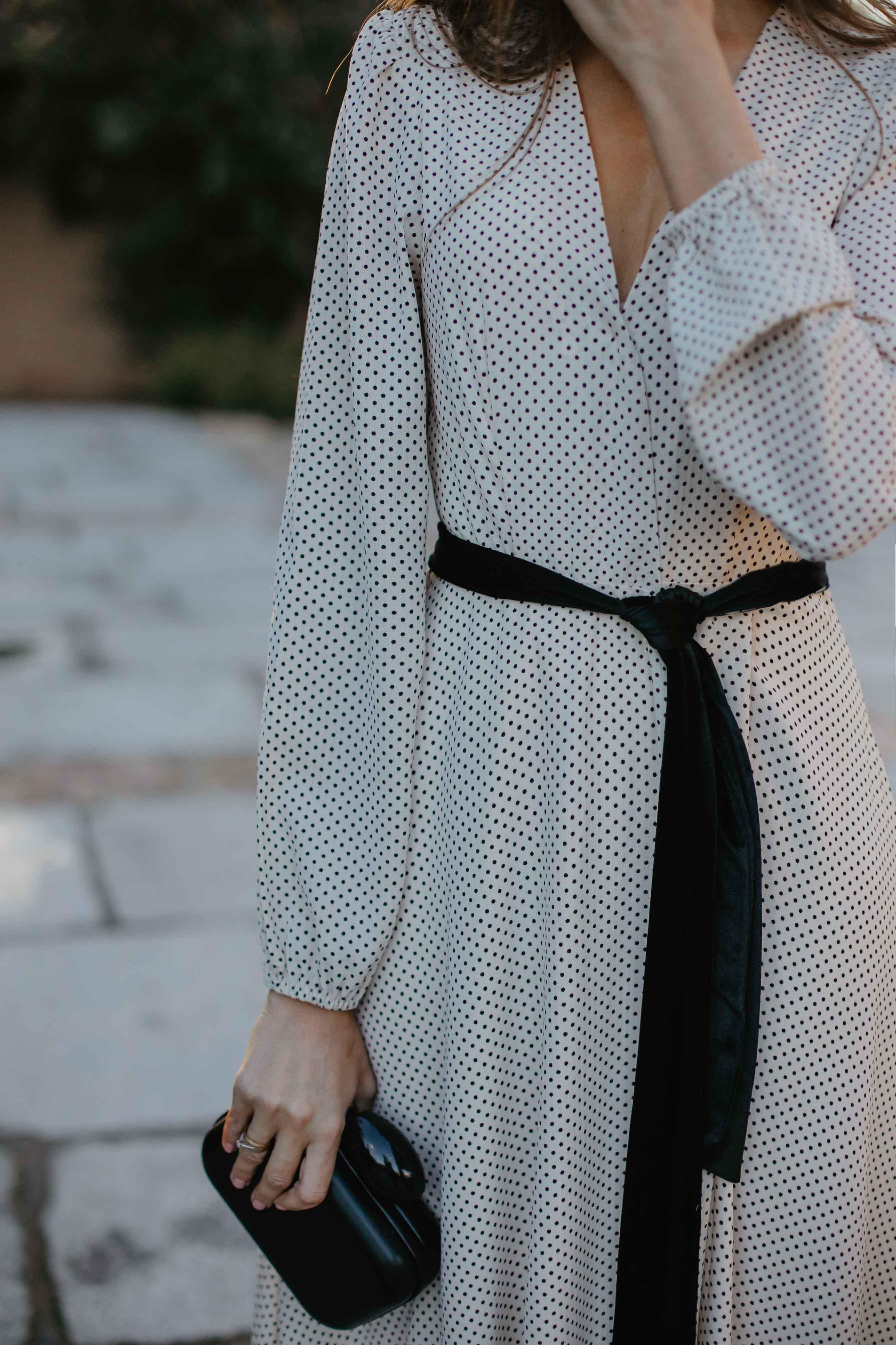 Look invitada invierno capa vestido largo topitos lazo