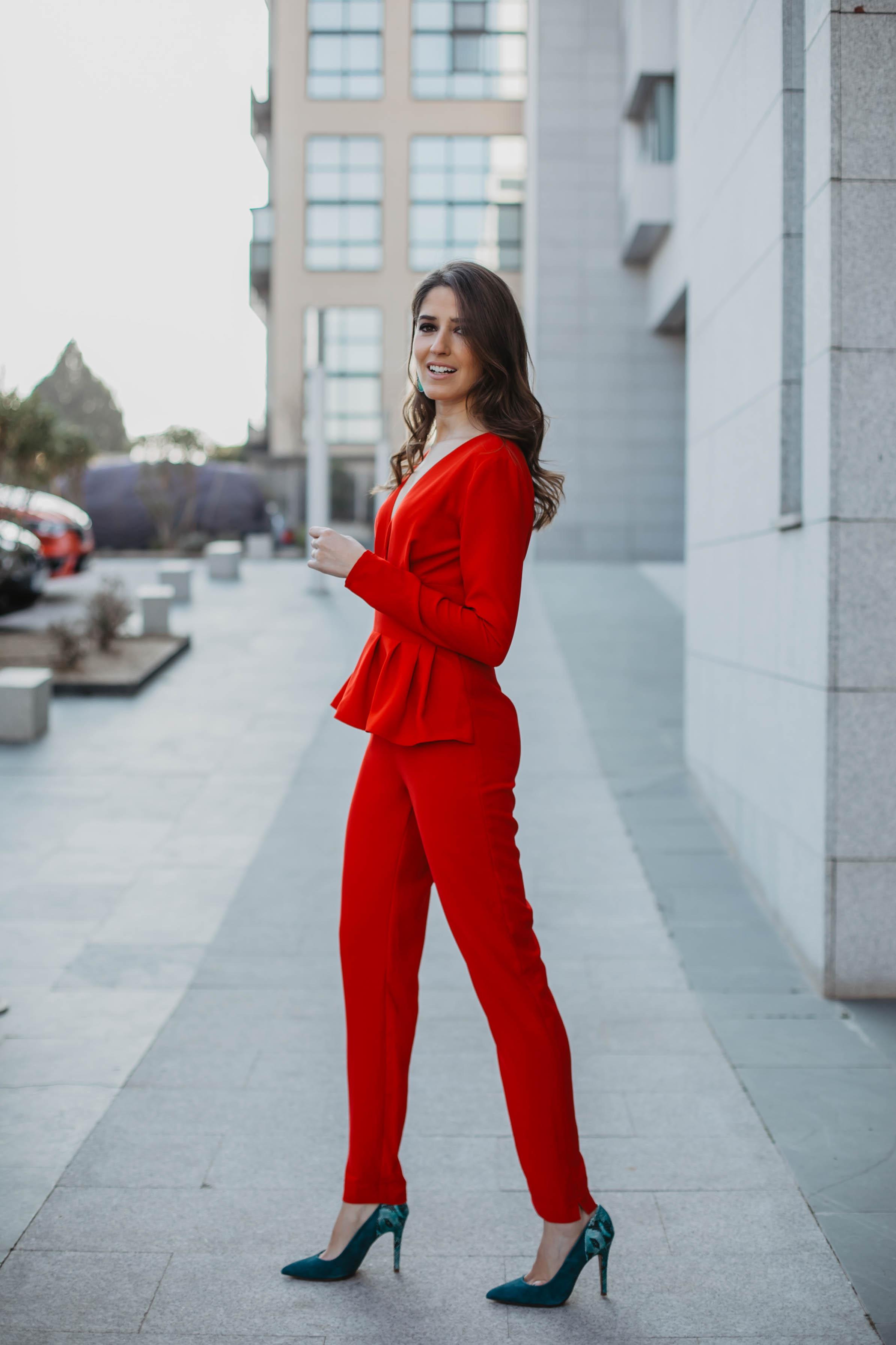 Look invitada 2019 boda bautizo comunion graduacion mono rojo pantalon pitillo pamela