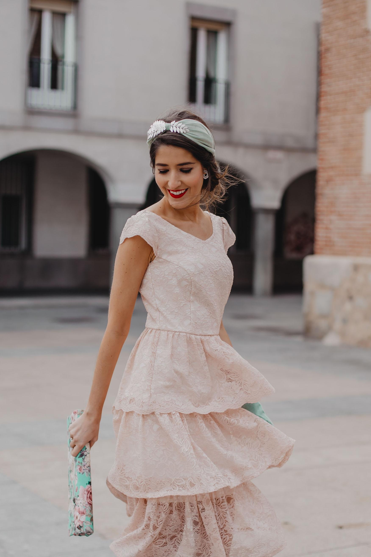 Look invitada boda mañana vintage años 20 turbante vestido encaje