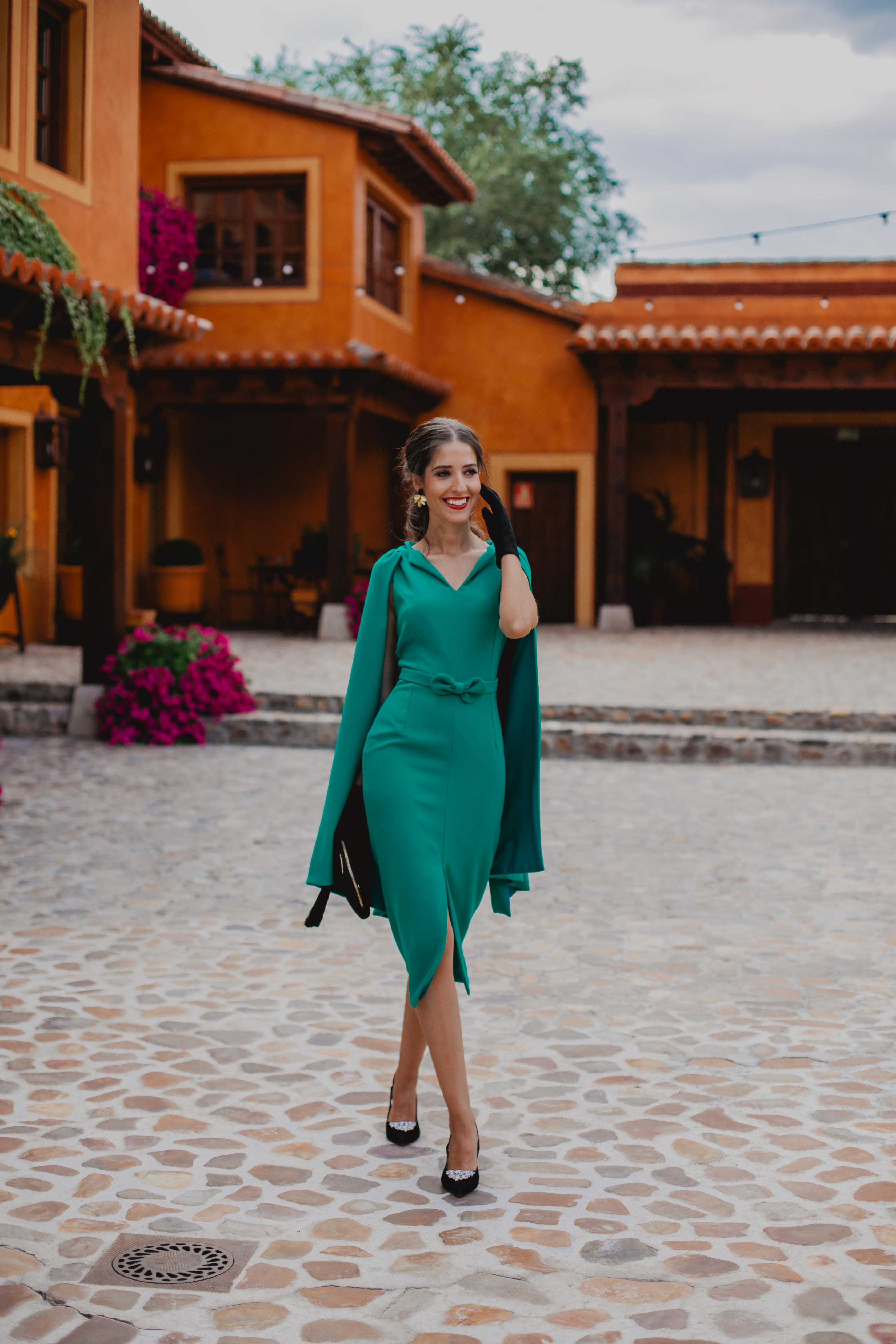 Look invitada 2019 boda guantes tocado mangas capa vintage