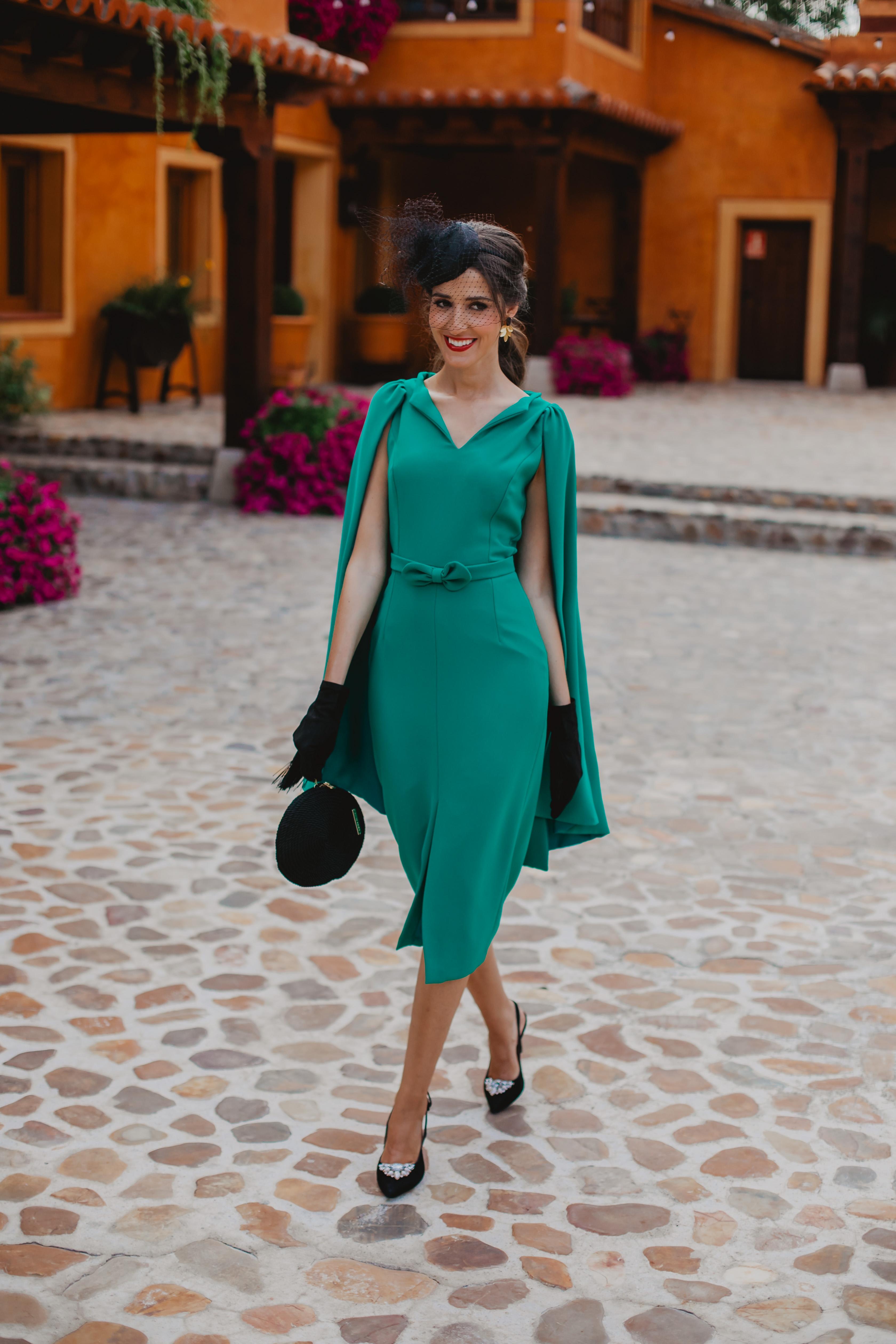 Look invitada 2019 boda mangas capa vintage vestido verde tocado