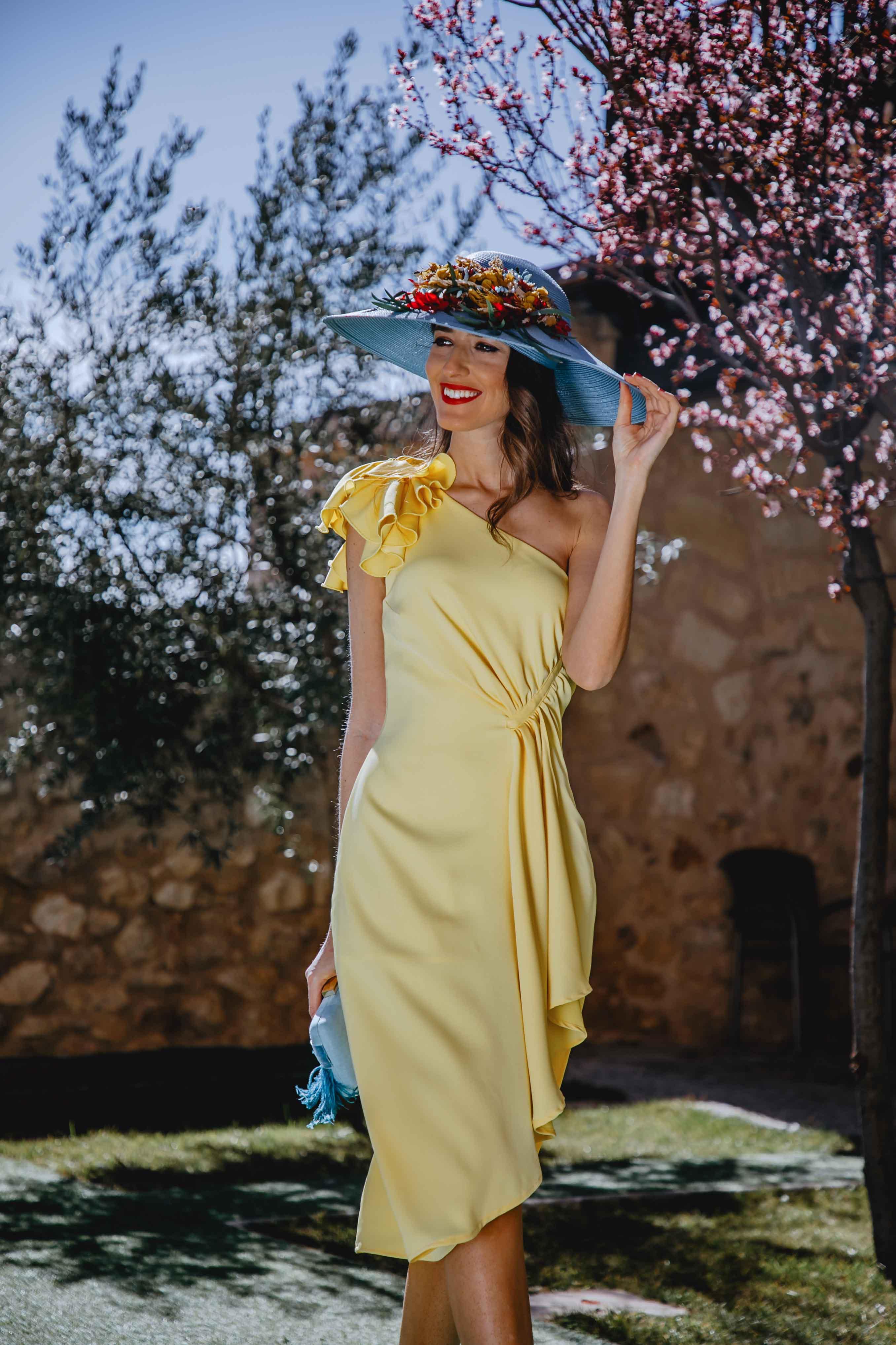 Look invitada boda 2019 vestido amarillo pamela azul