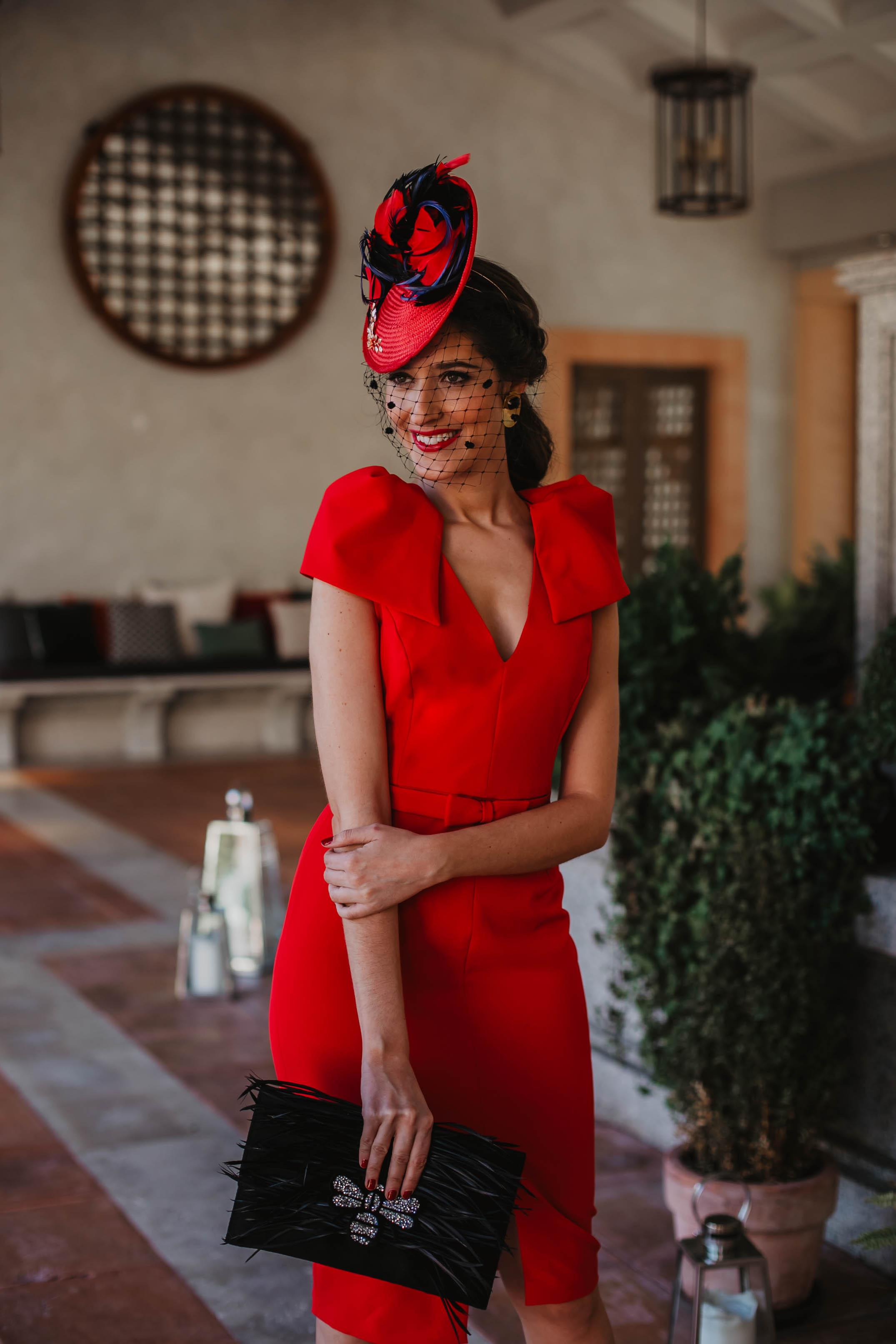 vestido rojo hombreras invitada