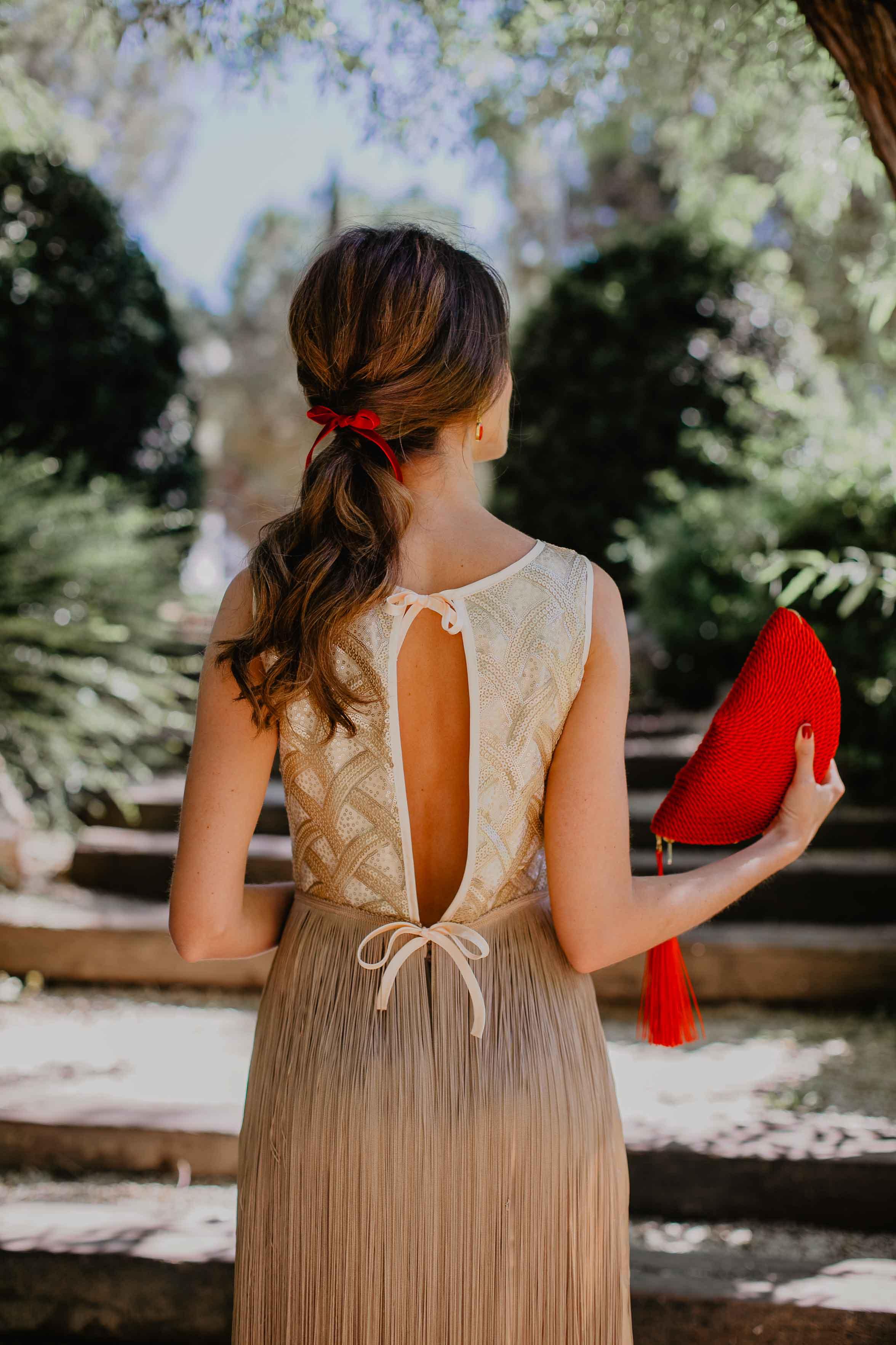 vestido espalda flecos invitada