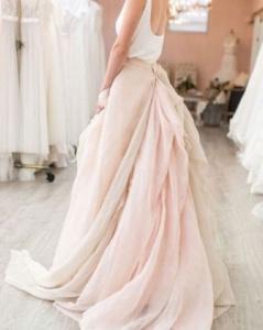 Vestido novia falda rosa capas
