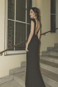 Invitada espalda vestido negro Pronovias