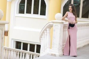 Invitada boda noche invierno estola vestido rosa largo