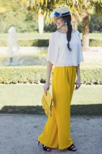 Invitada boda pantalón amarillo mostaza tocado
