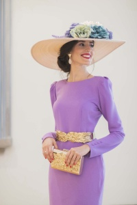 Look invitada boda vestido lila espalda Cho Atelier pamela flores lila morada