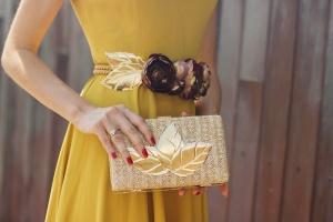 Look invitada boda vestido midi mostaza falda vuelo