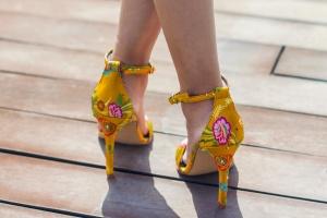 Sandalias estampadas amarillas invitadas novias bodas