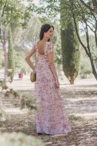 Invitada perfecta boda look vestido largo flores canotier