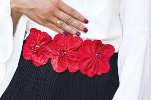 Cinturon flores rojos invitada boda