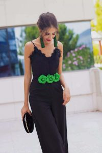 Invitada perfecta boda mono negro verde pendientes flecos cinturon flores
