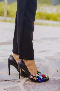 Zapatos negro pedreria invitada boda salones Irreverente
